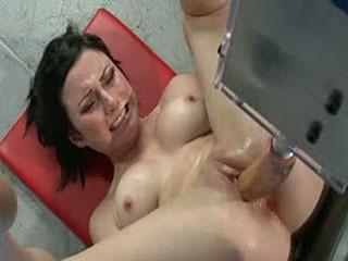 Gaten Van Actie: Hot Babe Fucked Door Machines Groter Dan Haar