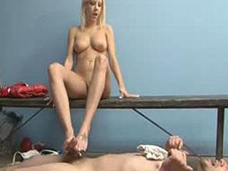 Ballbusting Pornosterren - Pervert In The Girls Locker Room