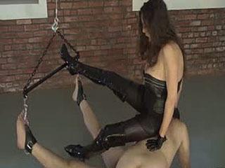 Deux Esclaves Jouissent D'une Certaine CBT