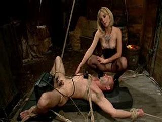 Bitch Boy In A Barn: Estilo De Vida Dominatrix Fucks Slave Boy