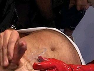 Kijk Drie Hot Meesteres Geven Handjob In BDSM Outfit