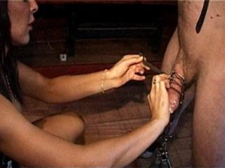 Zie Sexy Mistress Geef Plezier En Pijn Tot Haar Jongen